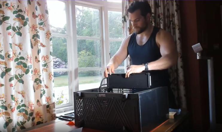 Näyttelijä Henry Cavill kasaa pc:n uudella videolla.