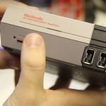 Avataan laatikko: Hypistelimme 8-bittisen Nintendo-konsolin miniversiota!